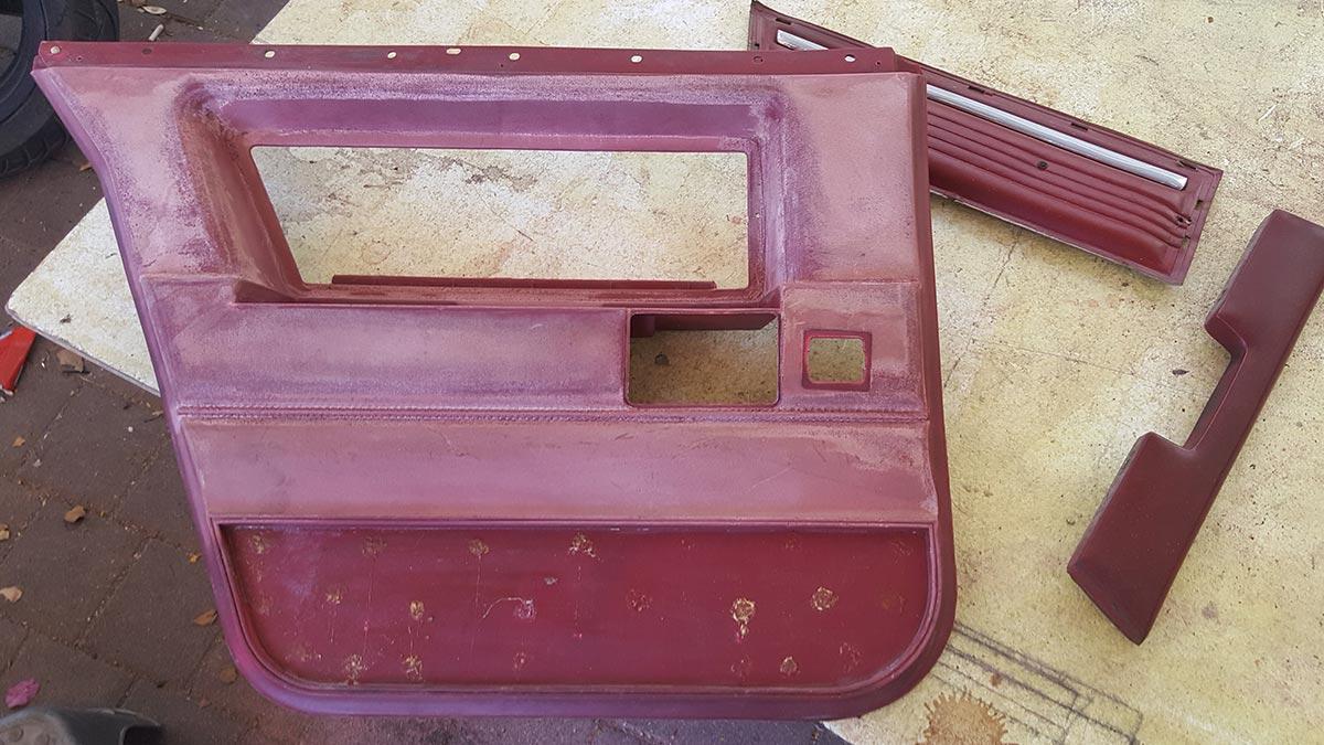 דלת רכב אספנות מפורקת בצבע אדום