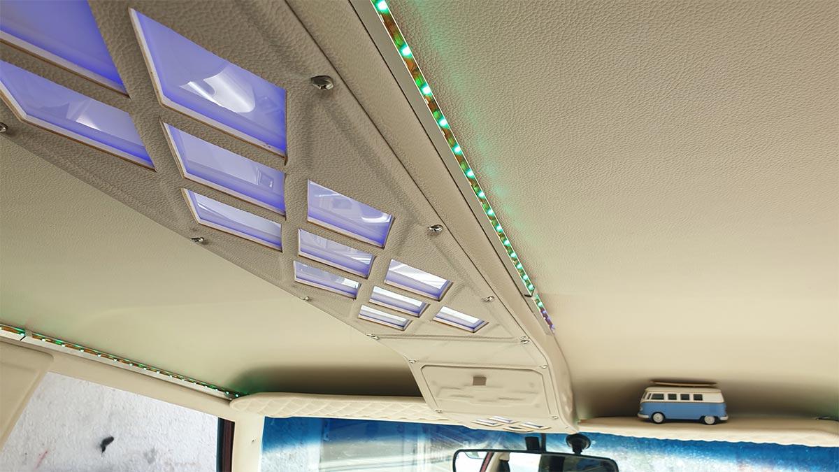 גג רכב עם קונסולת תאורה