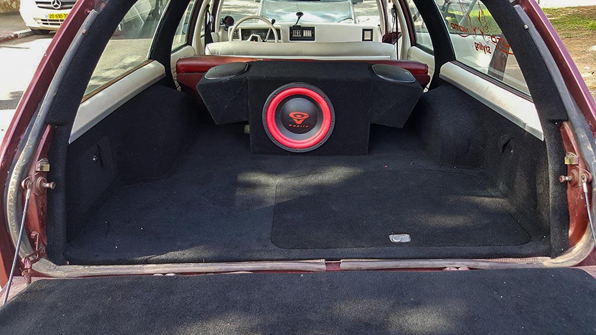 פנים הרכב עם שטיח שחור חדש