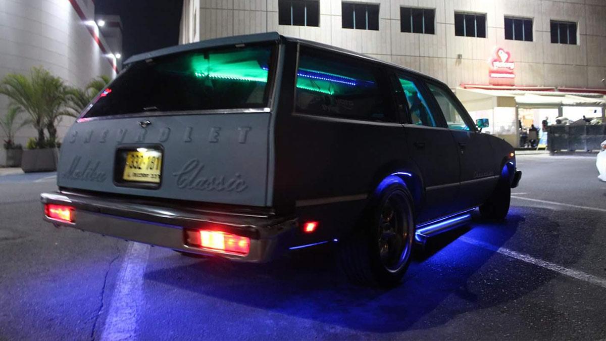 תאורת אווירה ברצפת ופנים הרכב צבעי סגול ותורכיז