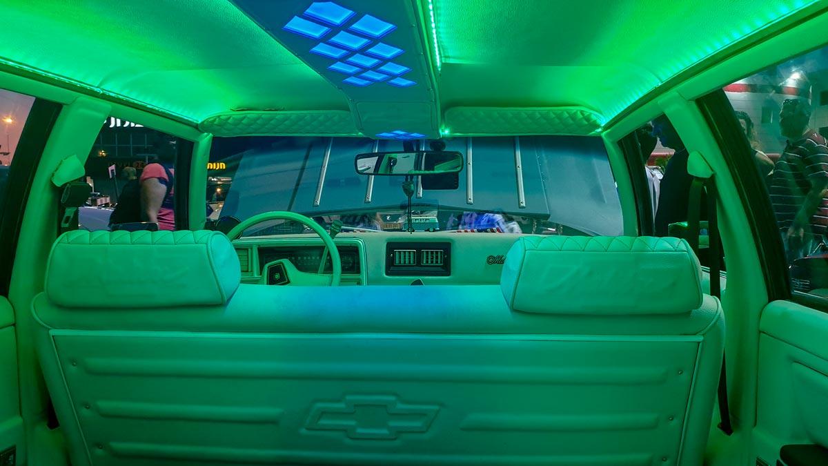 תאורת אווירה ירוקה בפנים הרכב