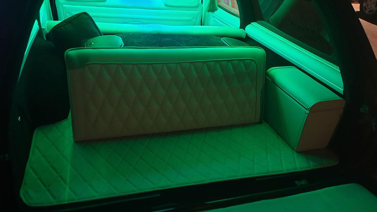 ספסל אחורי ברכב עם תאורת אווירה